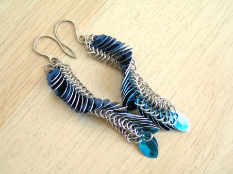 Dračí náušnice - modré náušnice modrá drát drak extravagantní eloxovaný  kroužky kroužkování chainmaille hliník nausnice šupiny f3d2a2c2492