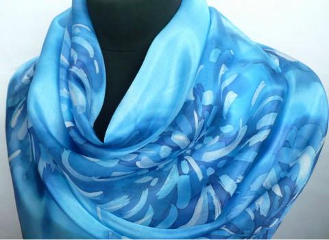 Modré chryzantémy. Hedvábná šála. modrá hedvábí hedvábná malovaná azurová  ručně malovaná hedvábá šála modrá 6e70dfaec1