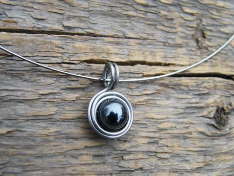 Přívěsek z hematitu a obruč z oceli šperk polodrahokam lesklá drát  elegantní černá elegance minerál osteofix 15a78e2057