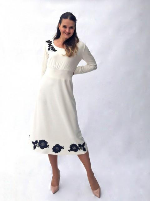 daddfaafb0bc Smetanové šaty s krajkovou aplikací květy šaty krátké barevné šaty